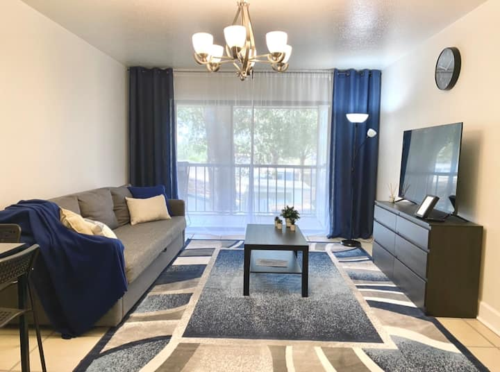 Renovated apartment close to the beaches/downtown