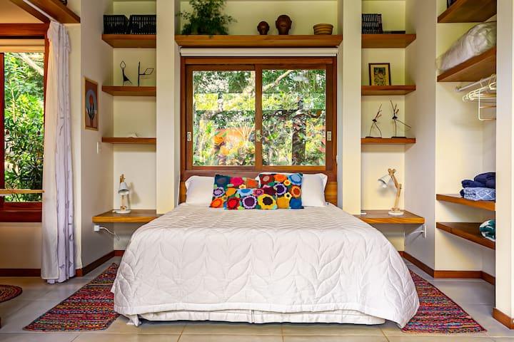 Cama queen size muito confortável, espaço para guardar as roupas e cortina blackout em todas as janelas