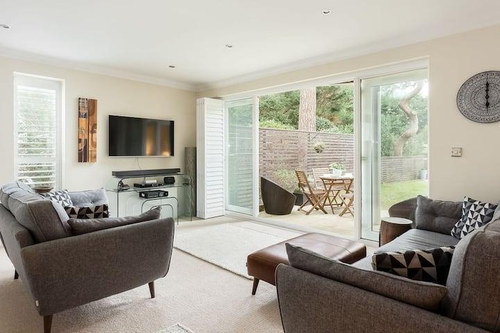 Luxury 2 bed Sandbanks Apt with Garden & Beach Hut