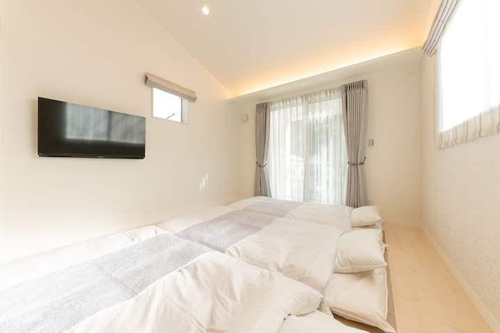 リビング Living room (futons are placed inside the closet)
