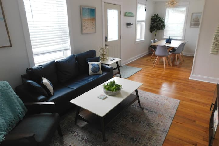 Private 3 bed home near downtown w/large backyard