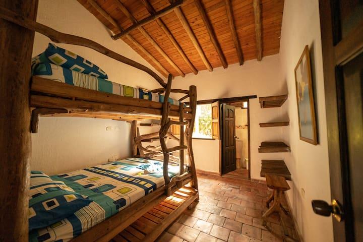 Habitación 1. Camarote con tamaño de cama doble. Capacidad 4 personas.