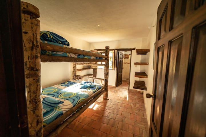 Habitación 3. Un camarote de tamaño de cama doble. Capacidad 4 personas