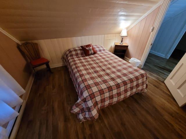 Chambre à coucher avec décoration du jour et toiture ancestrale.
