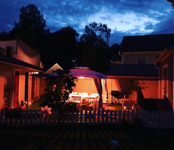 Nyrenoverat gårdshus centralt i Hjo trästad