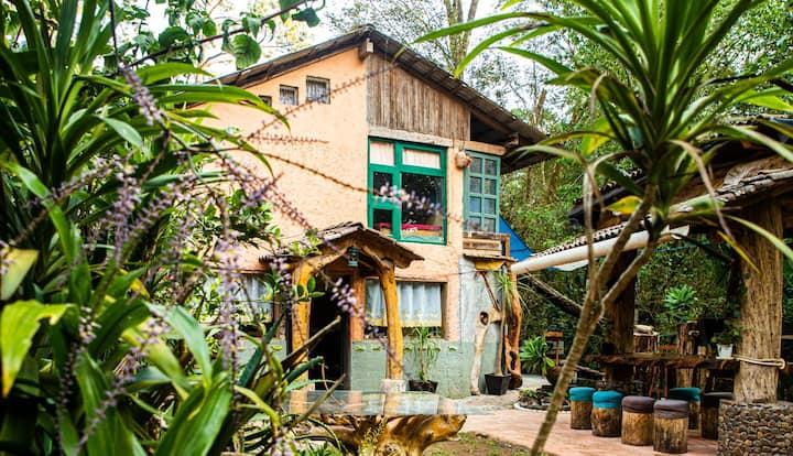 Tranquila Casa en el Bosque con Vista del Rio