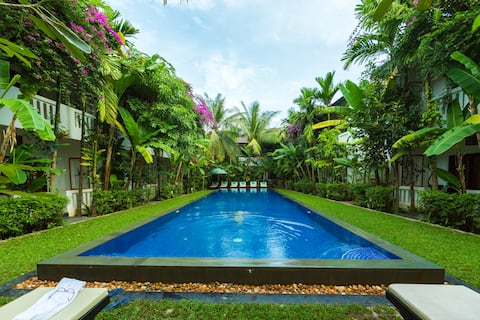 4-Bedroom Villa With Pool, 5min walk to the Center