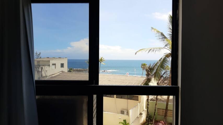Vista da janela do quarto, dá pra ouvir o barulho do mar.