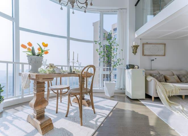 loft落地窗、法式实木餐桌吃点浪漫晚餐
