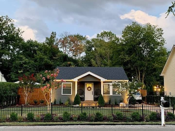Adorable Cozy Cottage - Historic Downtown Franklin