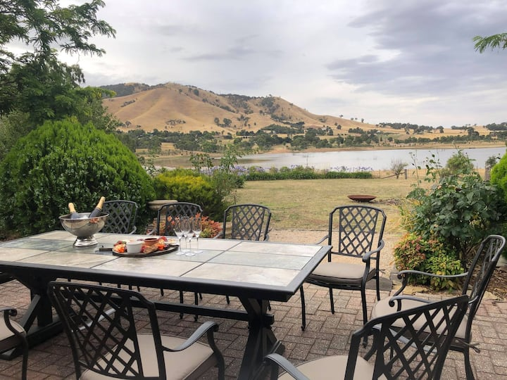 Picturesque Mansfield house on Lake Eildon
