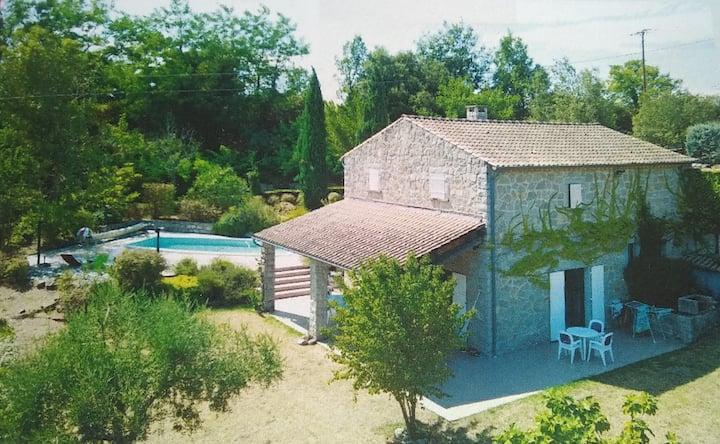 Villa en pierre avec piscine en Ardèche du sud