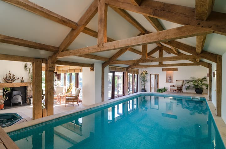 Countryside retreat, swimming pool, stunning views