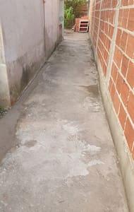Пътека към външния вход без стъпала