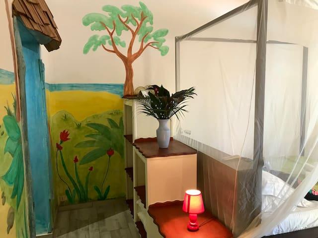 Chambre 2 pour 4 personnes (1 lit double et 2 lits simples)