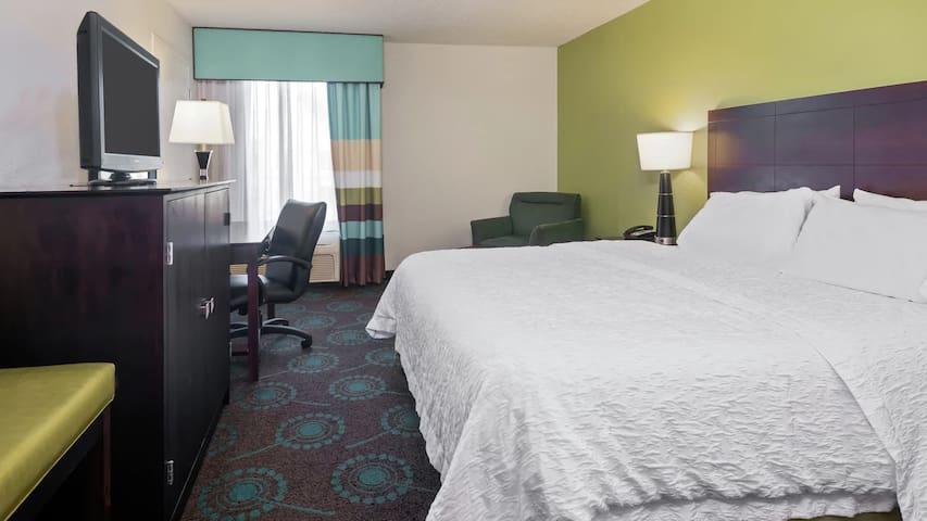 Orlando Airport / King Hotel Room + Free Shuttle