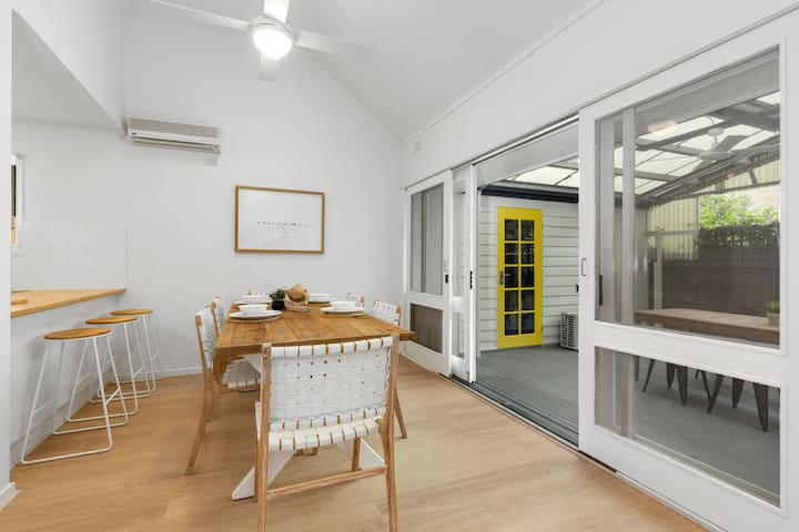 YELLOW DOOR holiday home close to beach and shops