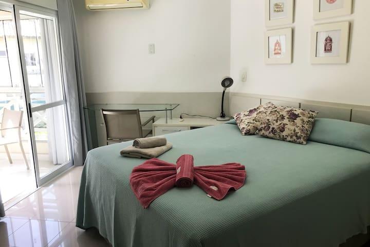 O dormitório possui ar condicionado e armário com amplo espaço para guardar as roupas.