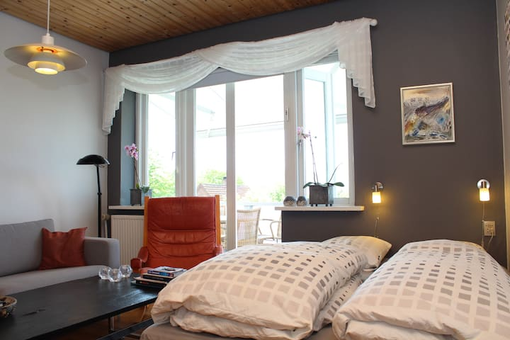 140 cm. dobbelt seng med udsigt til altan døren