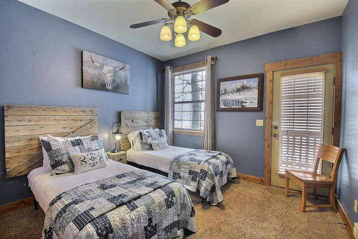 Twin Bedroom with access to back deck (Can convert twins to a king)