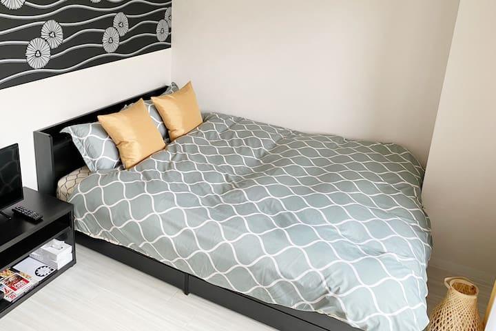 季節によってベッドカバーが変わります。