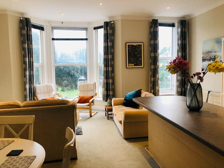Beautiful and spacious 2 Bed Seaview apartment
