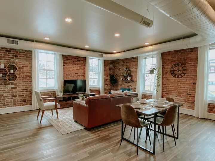 ★ Thompson Place: Premier Modern Downtown 2BR Loft