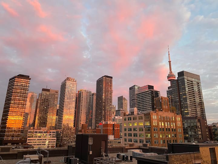 2B/2BA Queen West Condo w/ CN Tower & City Views!
