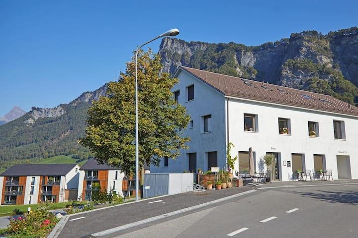 Fläsch / Modernes Gästezimmer im Weinbaugebiet