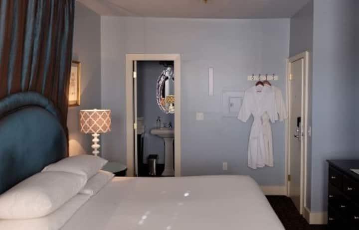 202 Ballard Inn Deluxe King Suite/Private Bathroom