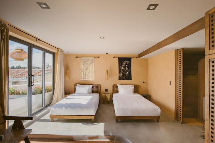 Superior Twin Room with balcony - THE ARATANA
