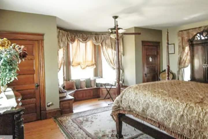 Large Queen bedroom in Historical home w/gym