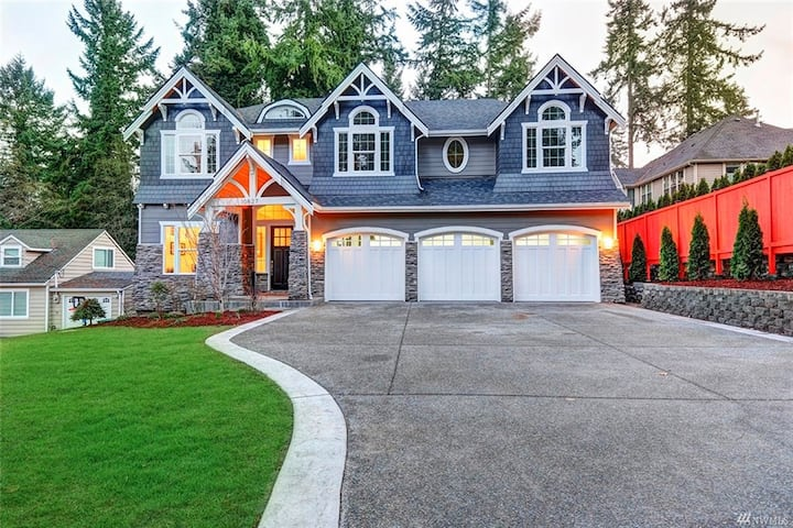 "Modern Luxury ""WOW"" home Near Downtown Bellevue"