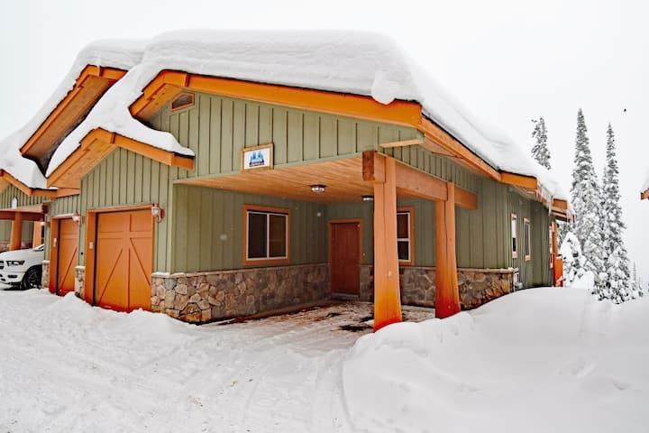 Best ski in/out, w/priv hot tub, 3 bedroom chalet