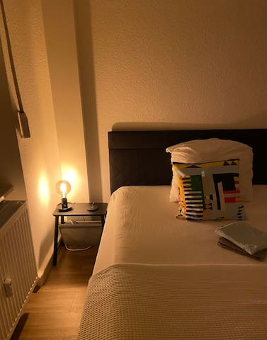 Schlafzimmer mit warmem Licht