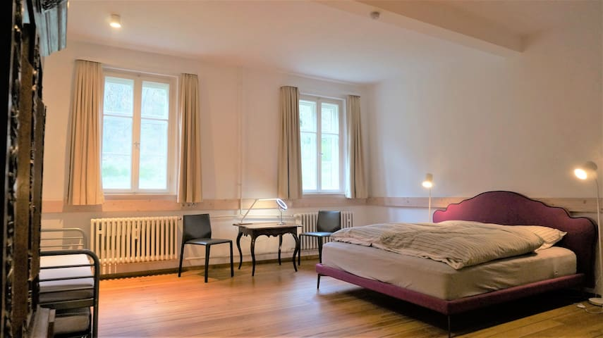 Schlafzimmer für bis zu vier Personen (OG) // Bedroom for up to four people (upper floor) // Chambre pouvant accueillir jusqu'à quatre personnes (étage supérieur)