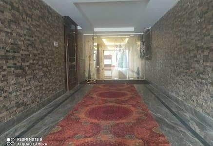 Lépcsőmentes út vezet a vendégbejárathoz