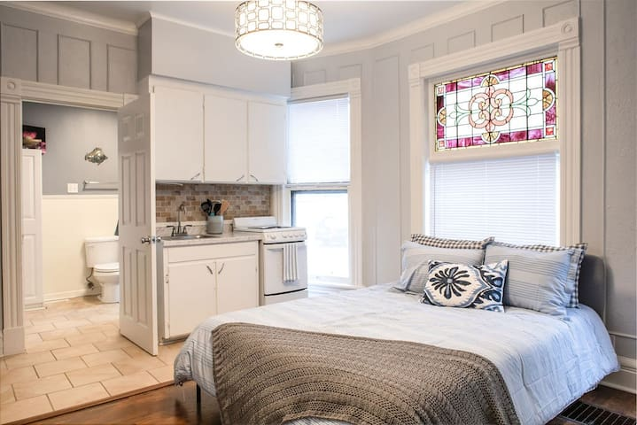 Cozy Park Ave Studio- Perfect for long term stays