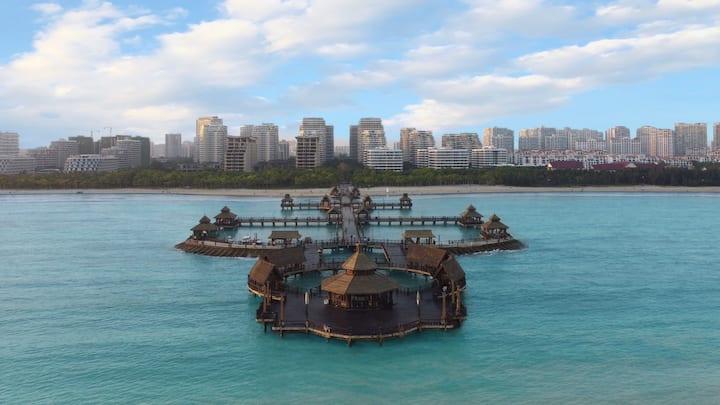 逸龙湾高层海景两房公寓 俯瞰海上栈道 背临椰林 门口菜市场 泳池麻将温泉健身房桌球乒球免费 长住优惠