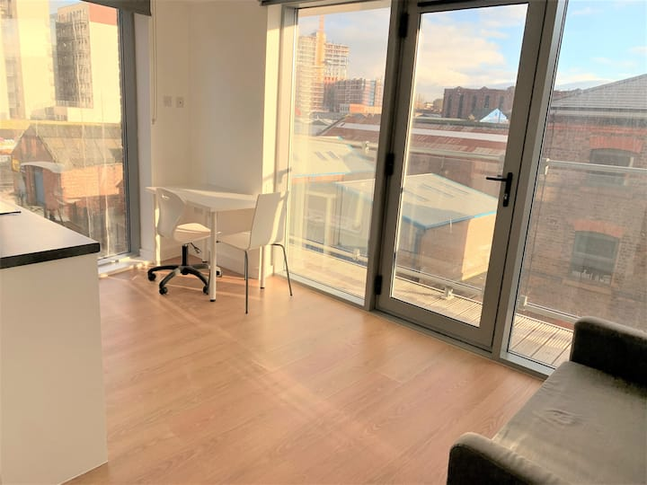 STUNNING LIVERPOOL STUDIO W/ BALCONY AND GYM