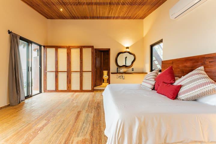 Habitación 3 con cama king size, baño privado, aire acondicionado, closet y cortinas black out