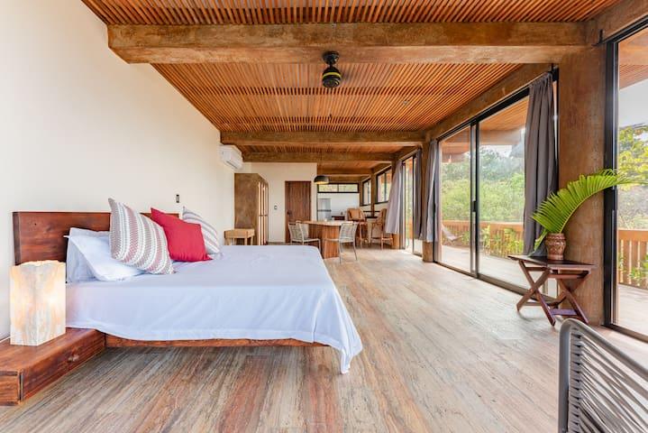 Habitación 1 - La villa cuenta con 3 habitaciones, esta es la habitación principal ubicada en la planta baja, con cortinas con black out, closet, baño privado y cocina integrada