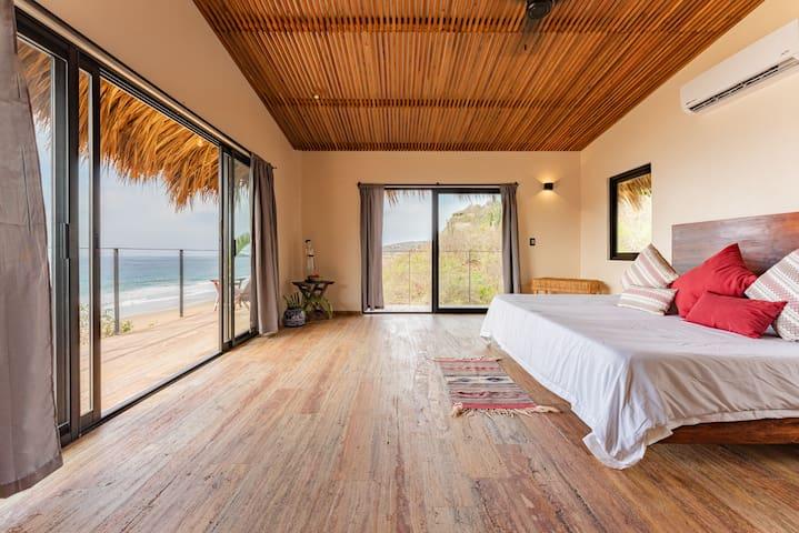 Habitación 2 - Cuenta con cama King Size, closet, aire acondicionado y baño privado.