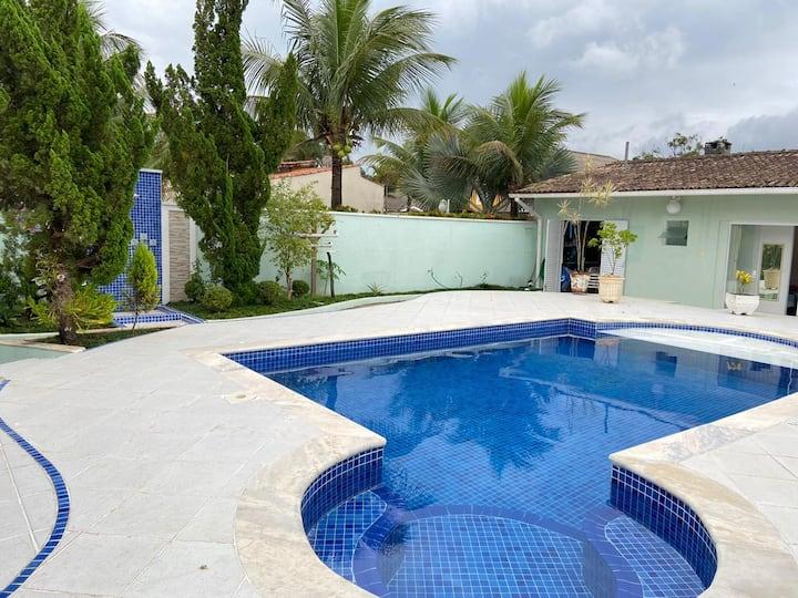 Casa confortável com piscina e perto da praia.