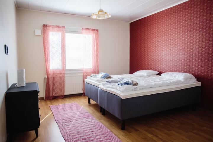 Makuuhuone 1; kaksi 90 cm sänkyä joustinpatjalla  ja lipasto