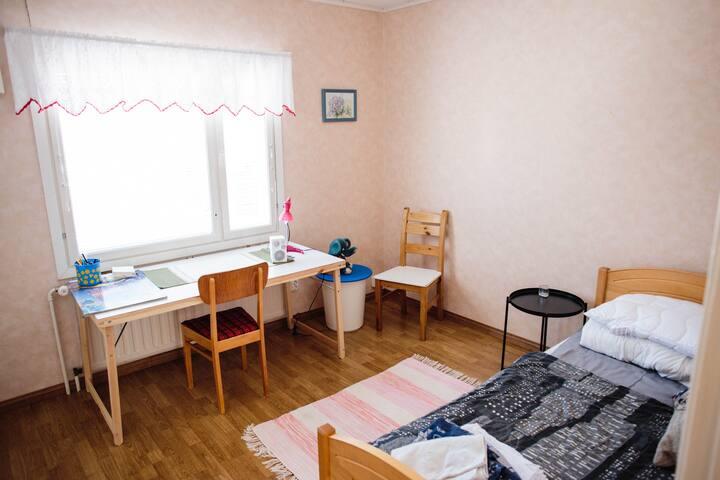 Makuuhuone 2; 1kpl 90 cm sänky ja työpöytä
