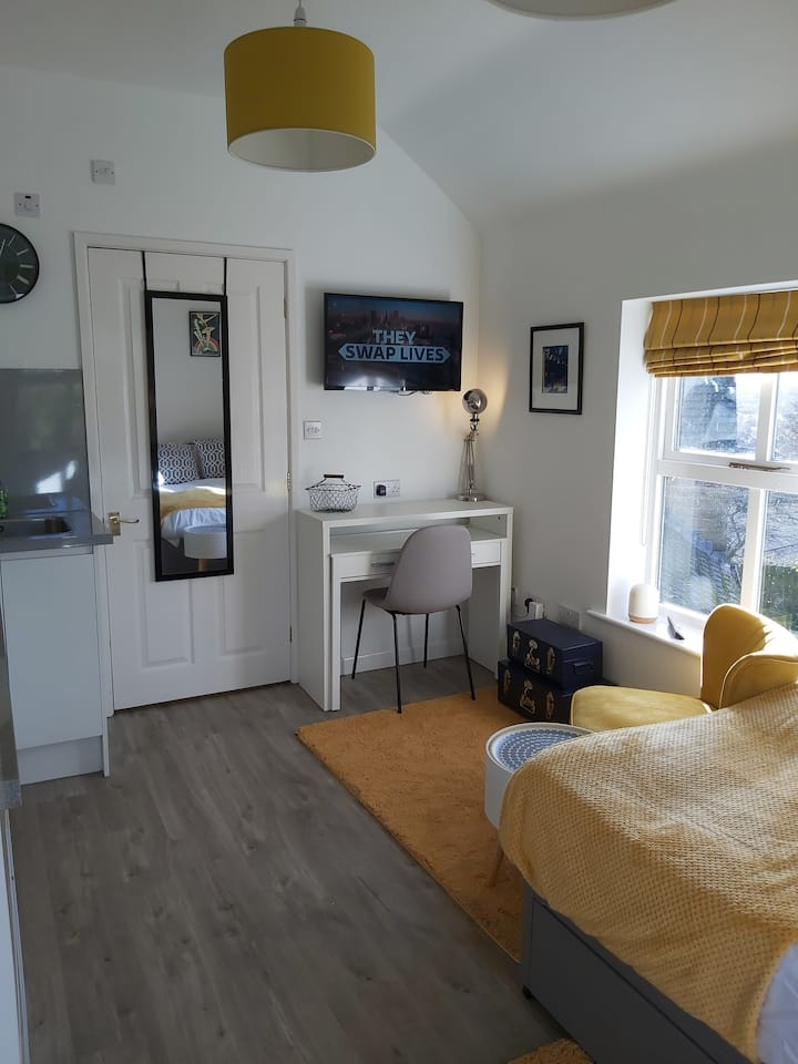 Private flat a mile from Leeds Bradford Airport
