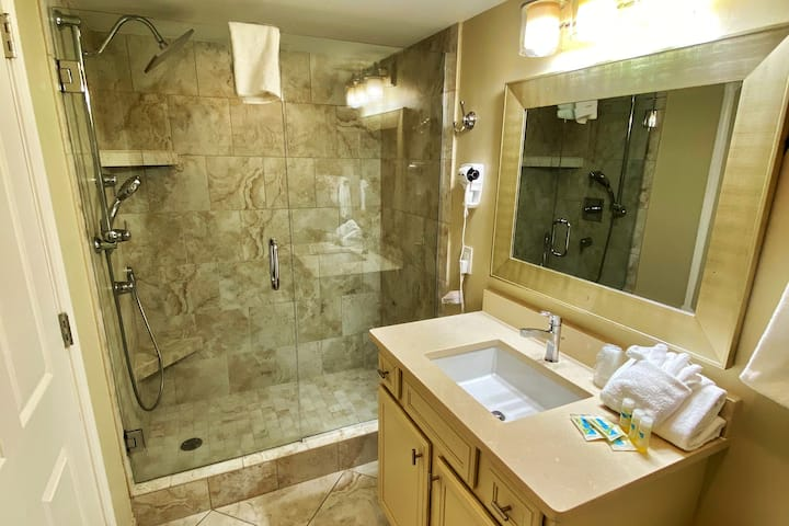 ☀️⛱PERFECT COUPLES GETAWAY with Walk-in Shower!!!