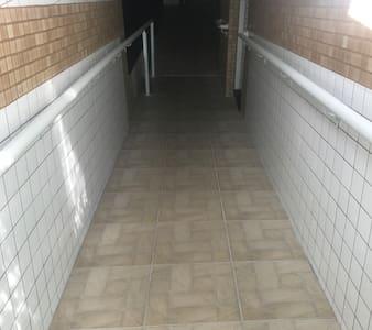 O Condomínio possui rampa de acesso e dois elevadores.