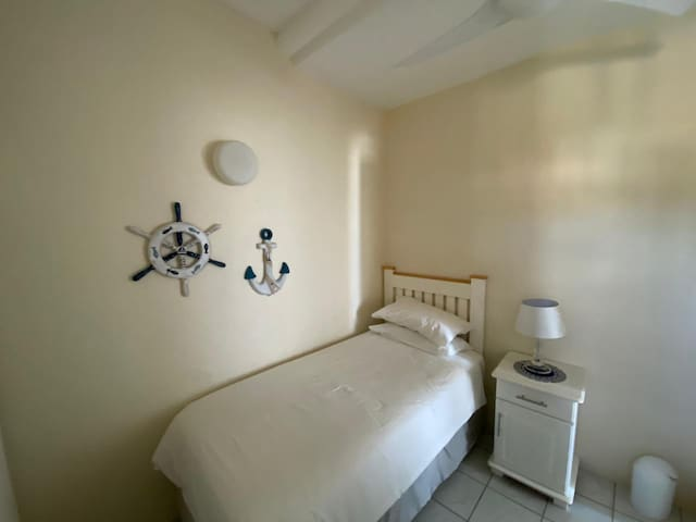 Bedroom 3 with 2 single beds